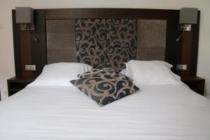 A bed or beds in a room at Hotel B Lodge