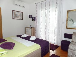 A bed or beds in a room at Apartments with a parking space Soline, Dubrovnik - 8987