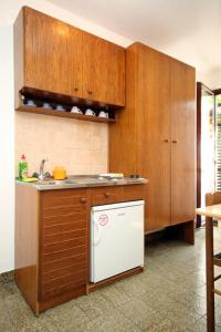 A kitchen or kitchenette at Apartments with a parking space Srebreno, Dubrovnik - 9028