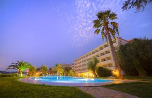 Piscine de l'établissement Elea Beach Hotel ou située à proximité