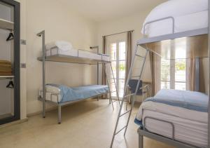 Letto o letti a castello in una camera di Albergue Inturjoven Córdoba