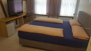 A bed or beds in a room at Hotel-Restaurant Ratsstube