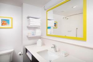 A bathroom at Hampton Inn Miami Airport East