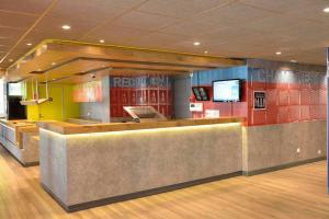 The lobby or reception area at ibis budget Bordeaux Lac