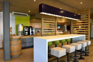 The lounge or bar area at ibis budget Bordeaux Lac
