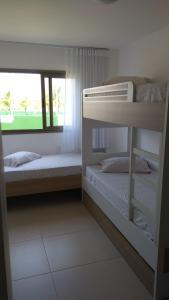 Uma ou mais camas em beliche em um quarto em Apartamento Residencial Mediterrâneo Iberostate Praia do Forte