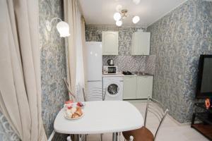 Кухня или мини-кухня в Nine Nights Apartments on Lezhnevskaya 122