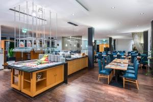A restaurant or other place to eat at Hotel Oberhausen Neue Mitte affiliated by Meliá