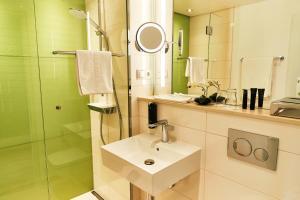 Een badkamer bij Steigenberger Airport Hotel Frankfurt