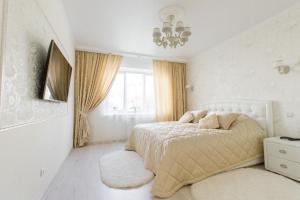 Кровать или кровати в номере Apartment on Lva Tolstogo 16
