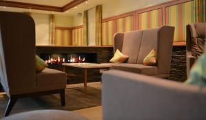 A seating area at TOP Hotel Goldenes Fass