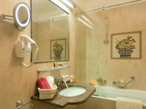 A bathroom at Grand Hotel Dino