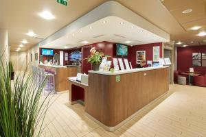 The lobby or reception area at Campanile Nantes Centre - Saint Jacques