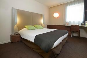 A bed or beds in a room at Campanile Nantes Centre - Saint Jacques