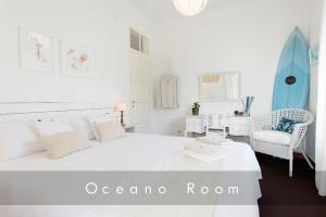 A bed or beds in a room at Laneez Ericeira Cottage