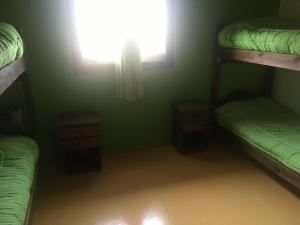 Una cama o camas cuchetas en una habitación  de Albergue Aylen-Aike