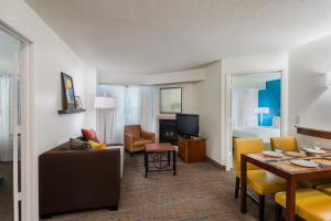A seating area at Residence Inn Tampa Westshore Airport