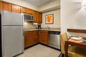A kitchen or kitchenette at Residence Inn Tampa Westshore Airport
