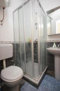 A bathroom at Apartments and rooms with parking space Srebreno, Dubrovnik - 8959