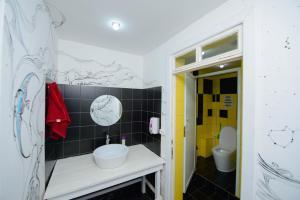 A bathroom at Topchan