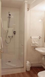 A bathroom at Le Gouverneur Hotel
