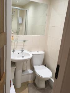 A bathroom at Maypole Farm
