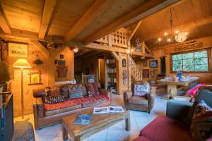 A seating area at Chalet Muskoka
