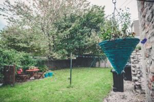 A garden outside Bright & Airy Two Bed Set In Granite