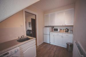 A kitchen or kitchenette at Bright & Airy Two Bed Set In Granite