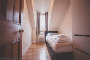 A bed or beds in a room at Bright & Airy Two Bed Set In Granite