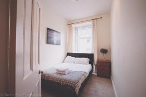 A bed or beds in a room at Charming one bedroom