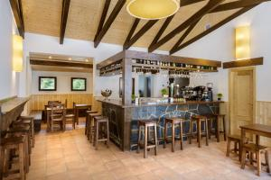 El salón o zona de bar de Camping Selva de Oza