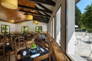 Un restaurante o sitio para comer en Camping Selva de Oza