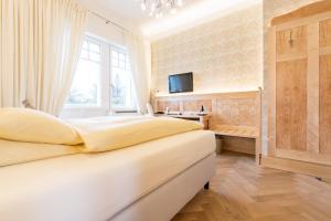 A bed or beds in a room at Hotel Villa Elben Lörrach bei Basel