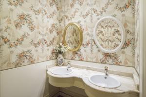 A bathroom at Hotel López de Haro