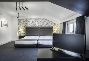 A bed or beds in a room at Hotel López de Haro