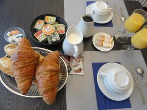 Breakfast options available to guests at Hotel de l'île