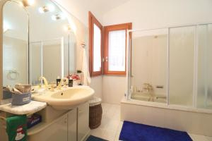 A bathroom at Magma Guest House
