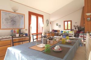 A restaurant or other place to eat at Magma Guest House