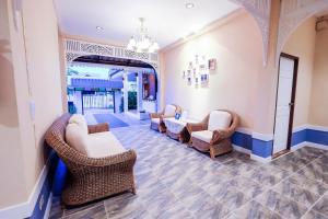 A seating area at Vieng Tawan Sukhothai Hotel by Thai Thai