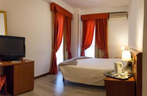 A bed or beds in a room at Excel Hotel Roma Ciampino