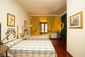 Cama o camas de una habitación en Hotel Real Monasterio de San Zoilo