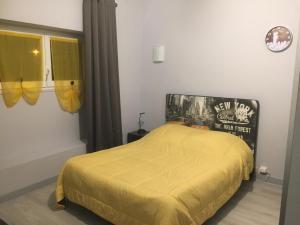 Un ou plusieurs lits dans un hébergement de l'établissement Hôtel Le Bambi