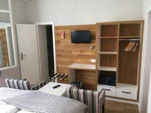 A television and/or entertainment center at Hotel Stadtpark-garni