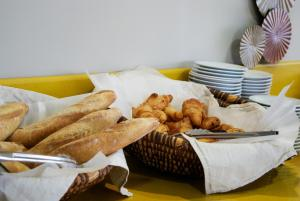 Breakfast options available to guests at Kyriad Sète - Balaruc