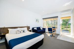 A bed or beds in a room at Commercial Golf Resort