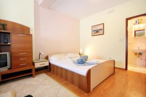 A bed or beds in a room at Apartments by the sea Srebreno, Dubrovnik - 2146