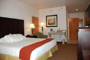 A bed or beds in a room at Holiday Inn Express Hotel & Suites Fenton/I-44, an IHG Hotel