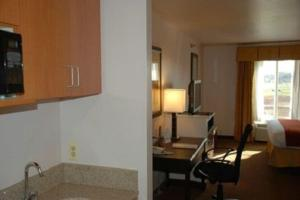 A kitchen or kitchenette at Holiday Inn Express Hotel & Suites Fenton/I-44, an IHG Hotel
