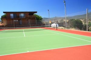 Tennis and/or squash facilities at Off Mountain Accommodation or nearby